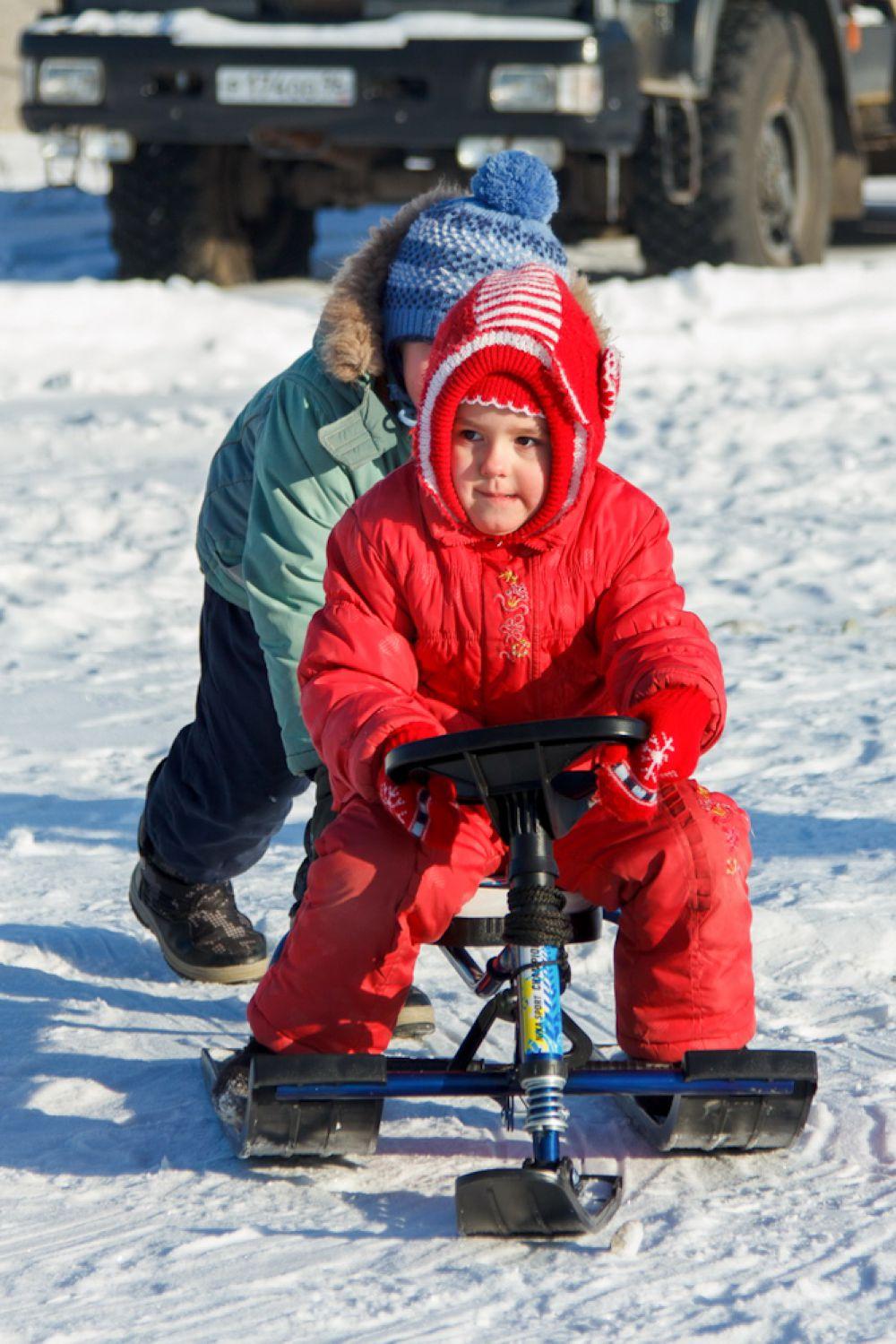 Эх, прокачу! Сегодня кавалеры катают дам не на тройке, а на снегокате.