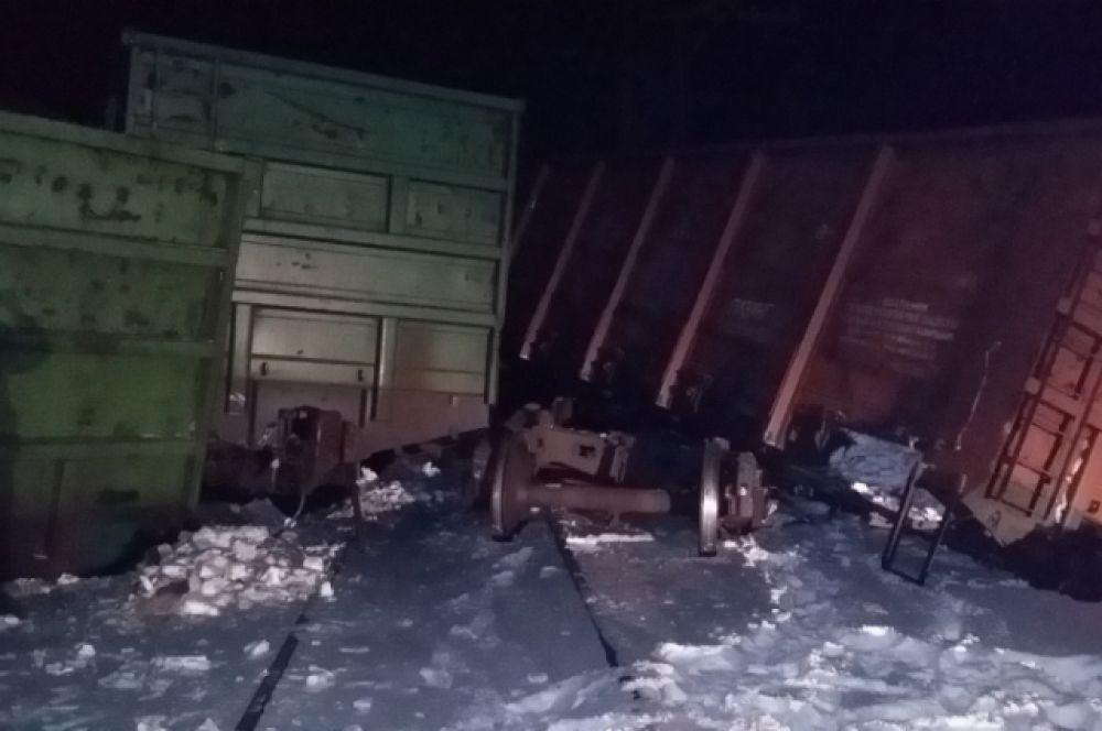 11 вагонов опрокинулись.