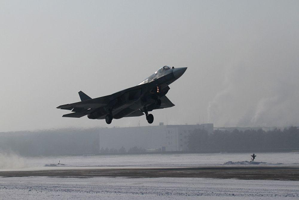 Большинство экспертов и военных летчиков всего мира сходятся на мысли, что Т-50 - это «золотая середина» 5-го поколения истребителей, в отличие от более перенасыщенного электроникой и ориентированного на дальний бой F-22. Т-50 удачно сочетает в себе превосходные летные качества, уникальные средства обнаружения противника и малозаметность, которой, говоря по правде, предыдущие российские самолеты не обладали.