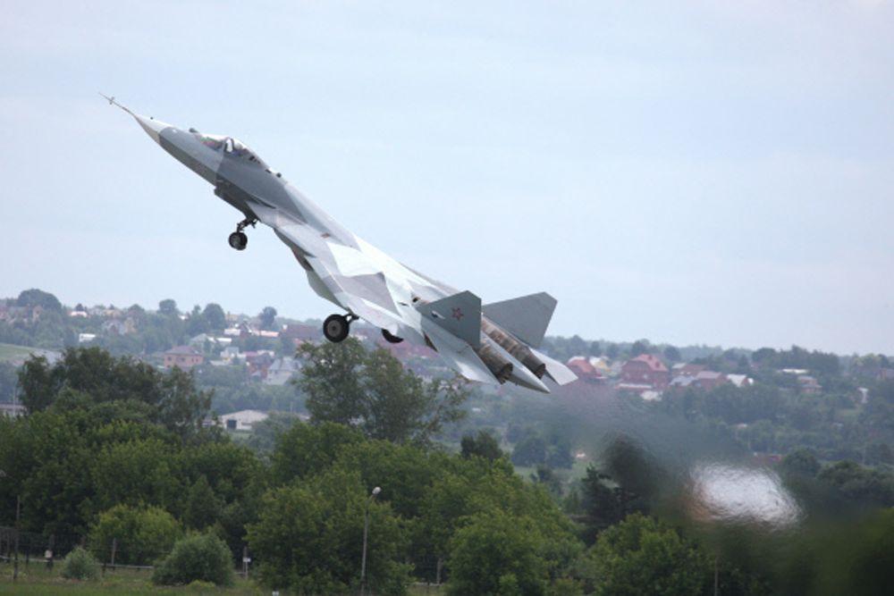 За счет худшей маневренности F-22 и F-35 имеет существенные проблемы с поражением целей, находящихся вне вектора движения. Фактически, заход в заднюю полусферу корпуса американца будет означать для последнего верную гибель.