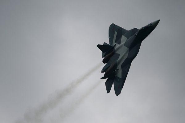 Если касаться только технических характеристик, то Т-50 несколько габаритнее своего американского коллеги: его длина - 19,7 метров , 14 метров - размах крыльев против 18,9 и 13,56 метров у Raptor соответственно. В максимальной скорости минимальное преимущество также у российского продукта - 2600 километров в час против 2500 километров у F-22.