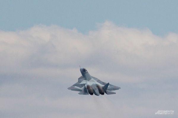 Похоже, что ПАК ФА в большей степени оптимизирован для достижения превосходства в воздухе, чем многоцелевой и ударный F-35, будучи похожим в этом плане на F-22. Подобно Raptor, ПАК ФА в силу своей конструкции может летать высоко и быстро, обеспечивая максимальную кинетическую энергию пуска своим ракетам большой дальности класса «воздух-воздух», что существенно увеличивает их дальность. Разведка США уже признала, что у ПАК ФА лучше характеристики поворотливости в сочетании с отклонением вектора тяги поверхности хвостового оперения, чем у F-35.