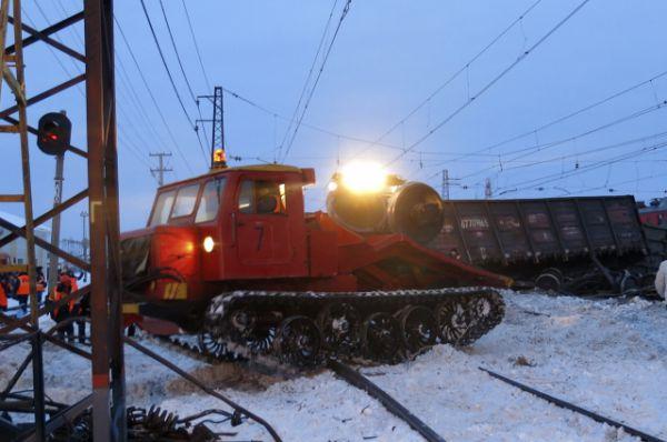 На месте крушения поезда работает спецтехника.