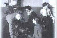Слушательницы в физической лаборатории.