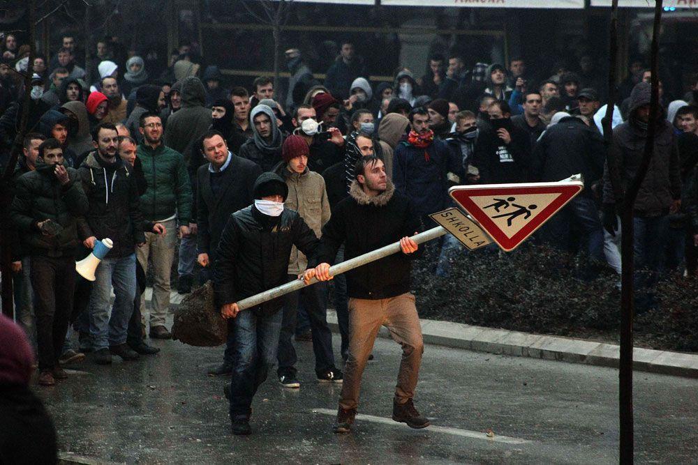 В ходе беспорядков протестующие бросали в полицейских камни, бутылки с зажигательной смесью и другие предметы.