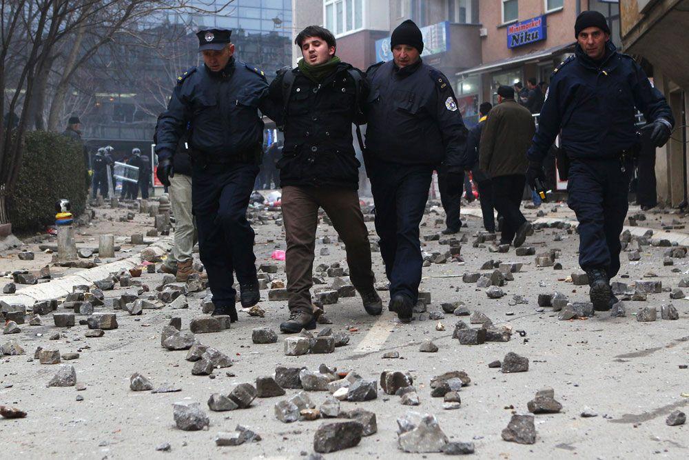 По данным полиции, 120 демонстрантов были задержаны. В прессе же сообщили о 162 арестованных, их дела переданы в департамент по тяжким преступлениям полиции Косово.