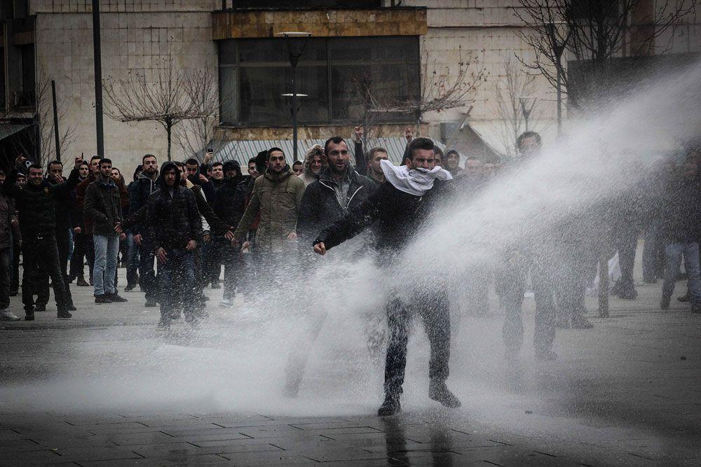 Кроме этого, протестующие требовали национализации горнодобывающего комплекса Трепча, расположенного на севере Косово. После войны его принадлежность не была окончательно определена. Сербия претендует на 75% Трепчи. Косовские власти ранее заявили, что намерены взять Трепчу под свой контроль, но отступили, столкнувшись с яростным протестом Белграда. Отзыв законопроекта о национализации комплекса и спровоцировал протесты, которые сначала прошли в субботу, 25 января, а затем повторились 27 января. Оба раза протесты перерастали в столкновения с полицией.