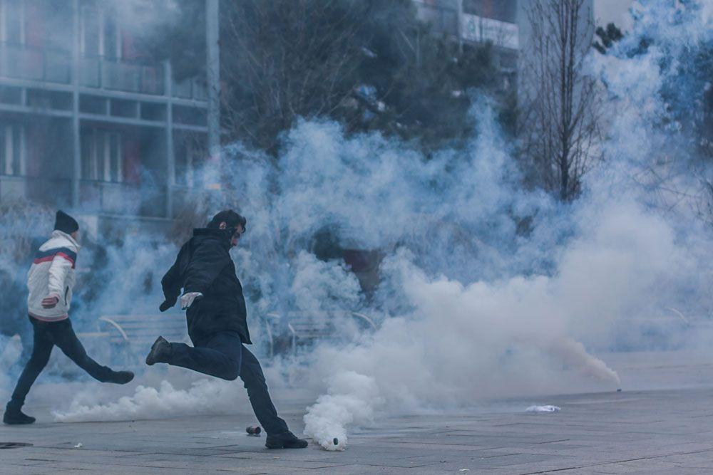 В ответ на агрессивные действия демонстрантов полицейские применяли слезоточивый газ и водометы. Прошедшие беспорядки стали крупнейшими в Косово с момента объявления краем в 2008 году независимости от Сербии.