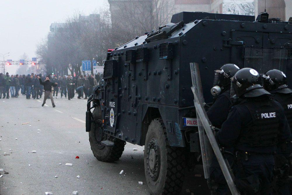 Ранения получили 73 человека, в том числе 44 полицейских. Об этом журналистам сообщило руководство Главного госпиталя Приштины.