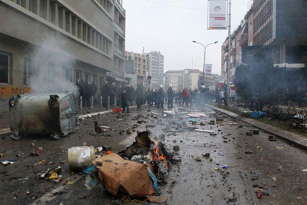 Улицы Приштины во время беспорядков.