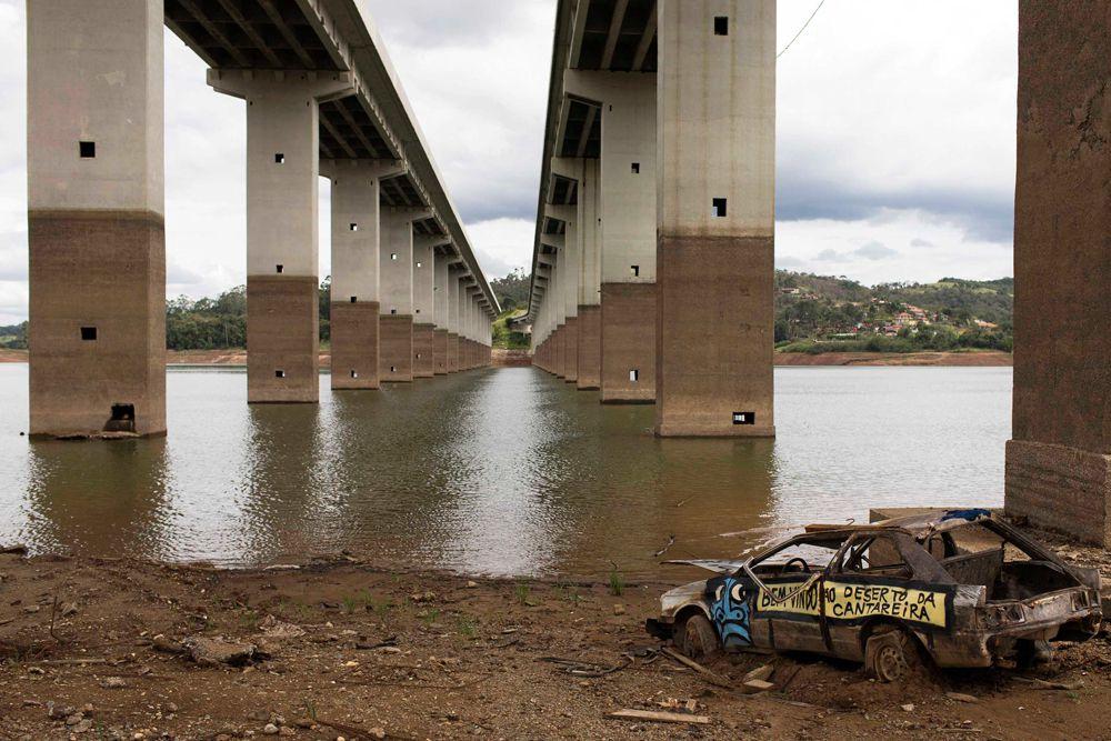 Текущее положение бразильцев можно назвать критическим, ведь Кантарейра питает не один только Сан-Паулу. Почти три десятка крупнейших метрополий самого большого государства Южной Америки получает воду из этого рукотворного источника. Дело даже дошло до конфликта между бизнесом и властью.
