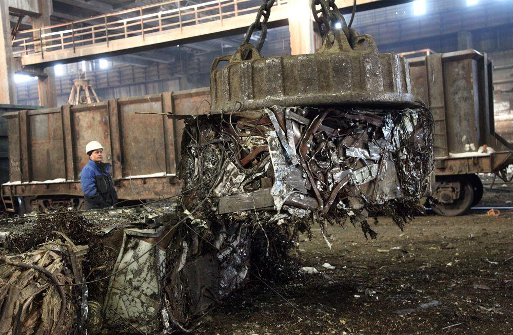 Металл зацепляют и отправляют на переплавку.