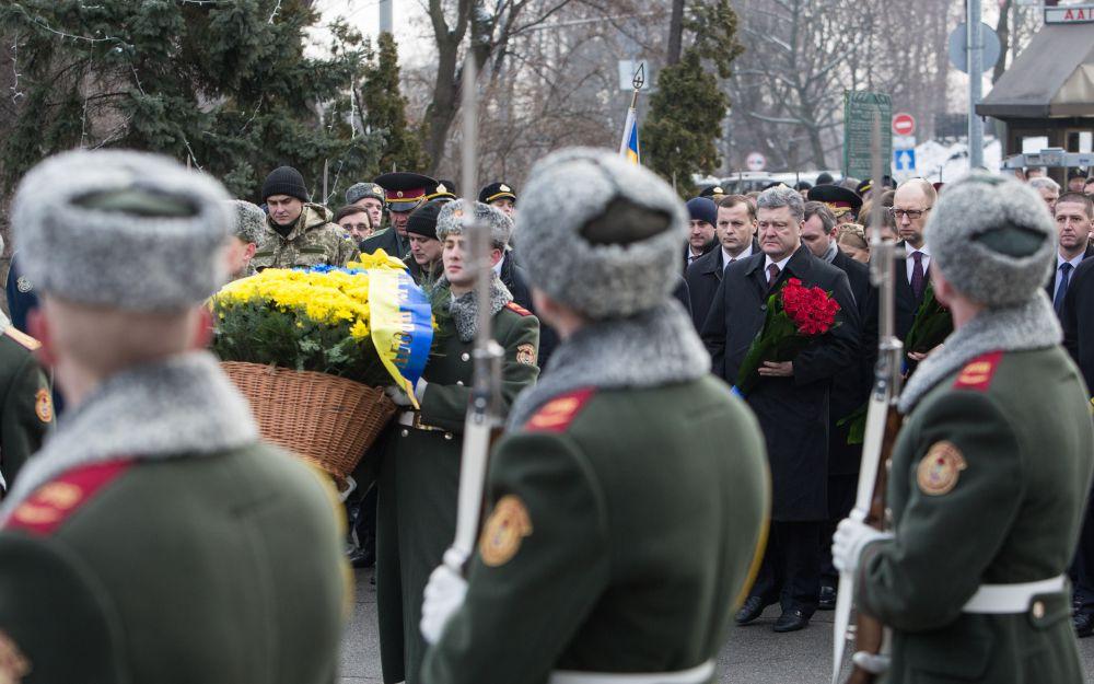 Порошенко, Яценюк и Гройсман почтили память погибших под Крутами украинцев