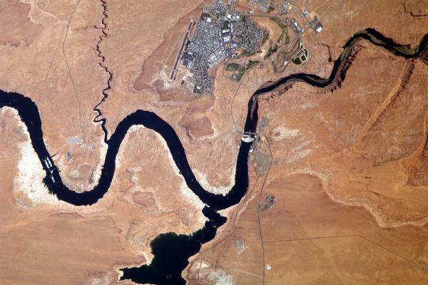 Плотина. Увы, космонавты не указали, где она находится.
