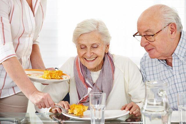 Помимо готовки и уборки работник должен беседовать с пенсионером.