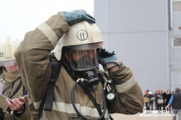 Пожарные надели специальные маски.