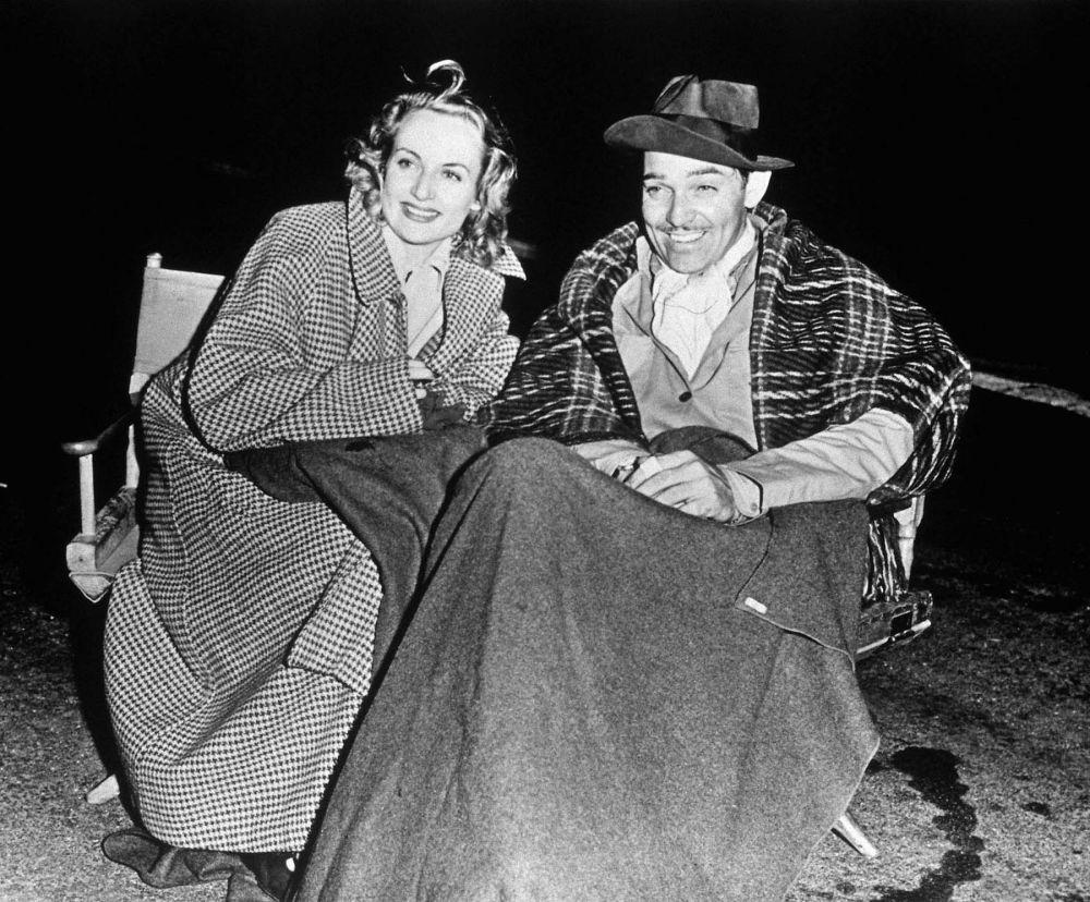 В 1936 году, Кларк Гейбл встретил любовь своей жизни - актрису Кэрол Ломбард. Их брак продлился всего три года: в 1942 году Ломбард погибла вследствие авиакатастрофы. После ее смерти актер будто искал смерти сам: он стал стрелком на самолете И-17 и участвовал в авианалётах на Германию. Отлетав 25 боевых полетов, положенных стрелкам, он вернулся к мирной жизни.