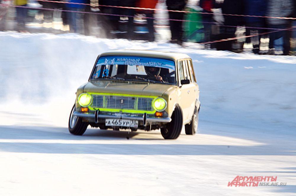 Авто разных марок приняли участие в гонке. Даже 30-летние ВАЗы.