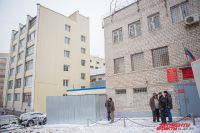От людских глаз здание СИЗО закрывает многоэтажный жилой дом.