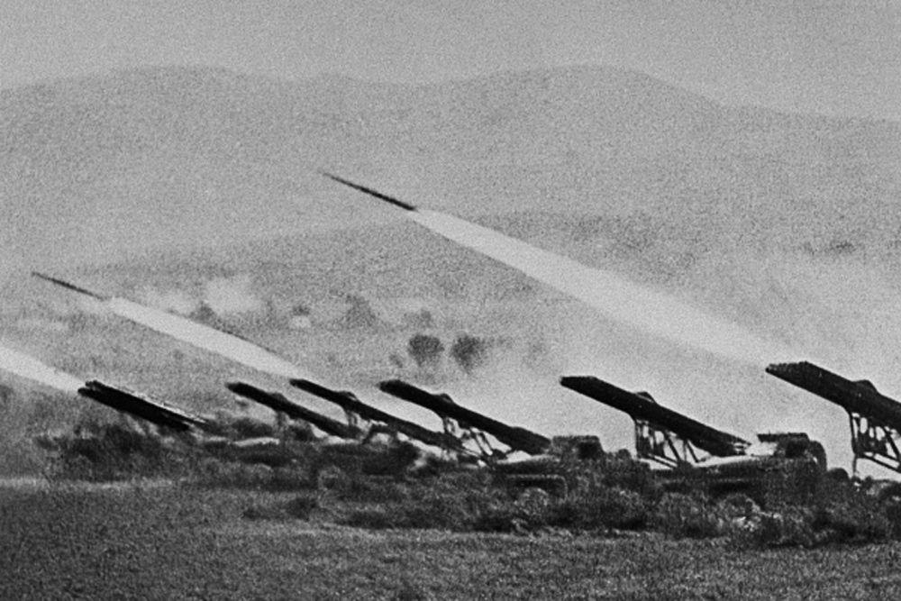 Захват Сталинграда позволил бы гитлеровцам перерезать жизненно необходимые для СССР водные и сухопутные коммуникации, надёжно прикрыть левый фланг наступающих на Кавказ немецких войск и создать серьёзные проблемы со снабжением противостоявшим им частям Красной Армии.