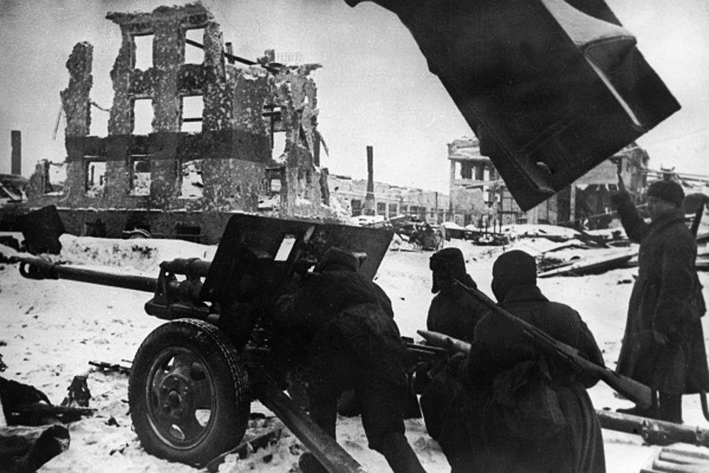 Многие немецкие солдаты и офицеры, имевшие за плечами немало сражений, вспоминали, что в Сталинграде у них временами складывалось впечатление, что они попали в атмосферу абсурда. Так, немецкое командование часто отдавало абсолютно бессмысленные приказы: например, в уличных боях за какой-нибудь второстепенный участок, немецкие генералы могли положить пару тысяч собственных бойцов. Одним же из самых абсурдных моментов стал эпизод, когда немецкие авиаторы-«снабженцы», сбросили с воздуха закрытым в «кровавом котле» бойцам вместо еды и обмундирования женские норковые шубы.