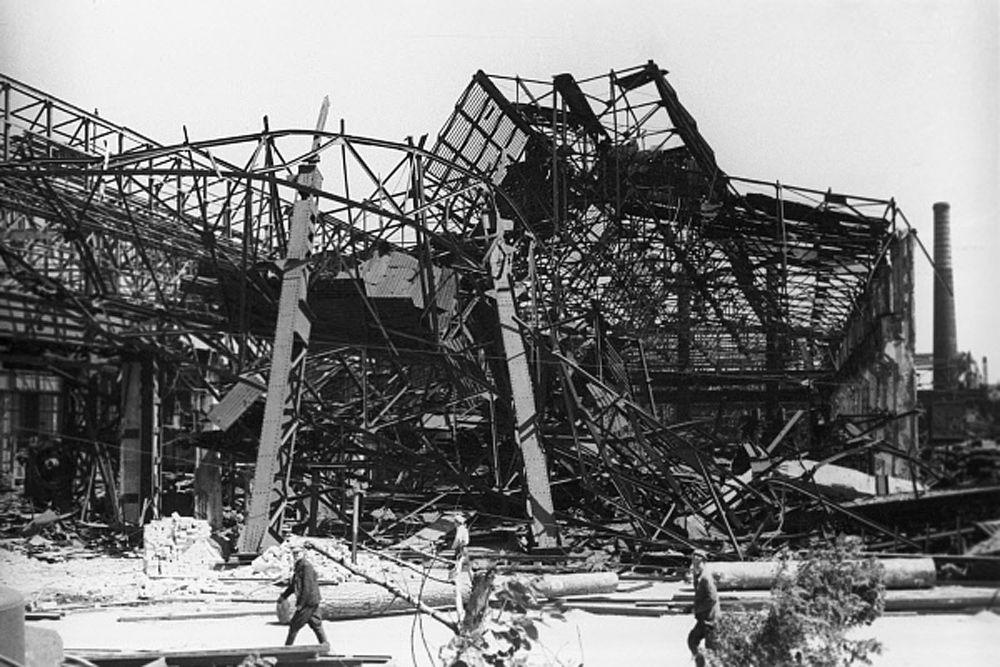 Некоторые западные историки, пытаясь умалить значение Сталинградской битвы, ставят её в один ряд с Тунисским сражением (1943), под Эль-Аламейном (1942) и т. д. Но их опроверг сам Гитлер, заявивший 1 февраля 1943 года в своей ставке: «Возможности окончания войны на Востоке путём наступления больше не существует…»