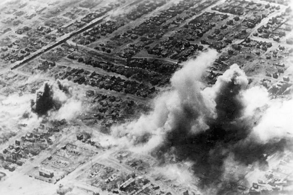 Овладение Сталинградом виделось очень важным для Гитлера по нескольким причинам. Это был крупный индустриальный город на берегу Волги, по которой и вдоль которой пролегали стратегически важные транспортные маршруты, соединявшие Центр России с Южными регионами СССР, в том числе, Кавказом и Закавказьем.