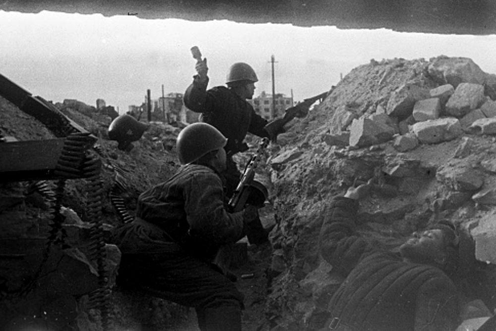 Сталинградская битва по продолжительности и ожесточенности боев, по количеству участвовавших людей и боевой техники превзошла на тот момент все сражения мировой истории. По приблизительным подсчетам, суммарные потери обеих сторон в этом сражении превышают два миллиона человек.