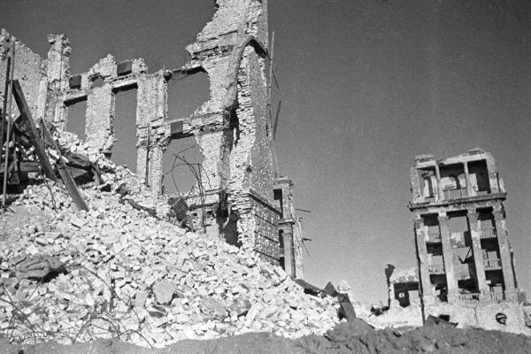 Под самим городом располагалась крупная система подземных коммуникаций. Подземные галереи активно использовали как советские войска, так и немцы. Причем в тоннелях происходили даже бои местного значения. Немецкие войска с начала своего проникновения в город стали строить систему собственных подземных сооружений. Работы продолжались практически до окончания битвы, и только в конце января 1943 года, когда немецкое командование поняло, что сражение проиграно, подземные галереи были взорваны. Так и осталось загадкой, что строили немцы.