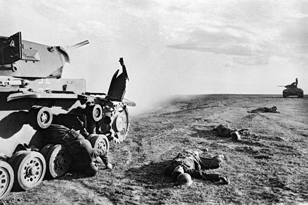 В Сталинграде и Красная армия, и вермахт по неизвестной причине изменили методы ведения боевых действий. Красная армия с самого начала войны использовала тактику гибкой обороны с отходами в критических ситуациях. Командование вермахта, в свою очередь, избегала крупных, кровопролитных сражений, предпочитая обходить крупные укрепленные районы. В Сталинградской битве обе стороны забывают о своих принципах и пускаются в кровавую рубку. Начало было положено 23 августа 1942 года, когда немецкая авиация произвела массированную бомбардировку города. Погибло 40 000 человек.