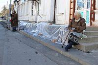 Старики, просящие милостыню, - привычное явление.