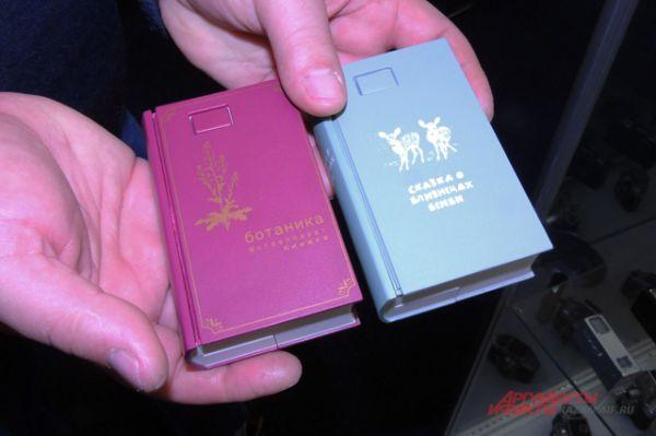 Американцы производили фотоаппараты в виде маленьких карманных книг на русском языке. Вот только названия несколько странноватые «Записная книжка ботаника» и «Сказка о близнецах Бемби». Видимо, сотрудники ЦРУ не стали утруждаться изучением популярной в тот период советской литературы.