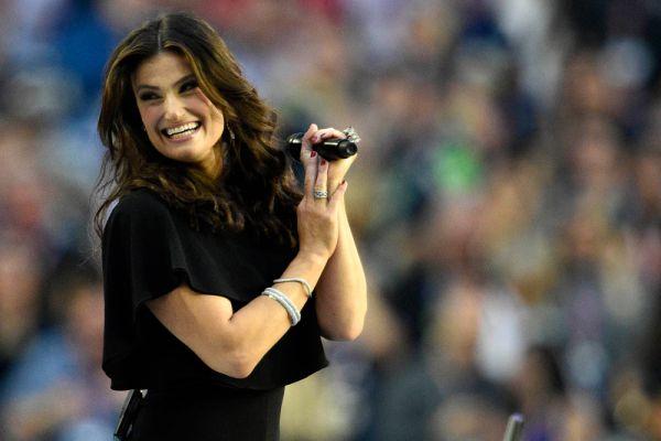 Гимн США перед началом матча исполнила певица и актриса Идина Мензел.
