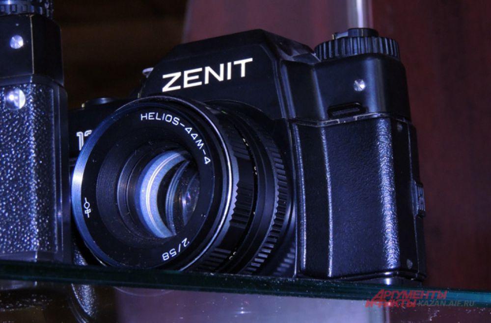 «Зенит» - один из первых в мире однообъективных зеркальных фотоаппаратов с пентапризмой. Производился с 1952 по 1956 год. Разработан на базе фотоаппарата «Зоркий».