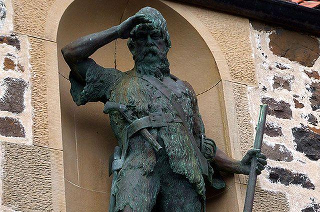 Памятник Александру Селькирку.