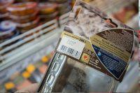 Просроченные продукты легко можно найти в супермаркете.