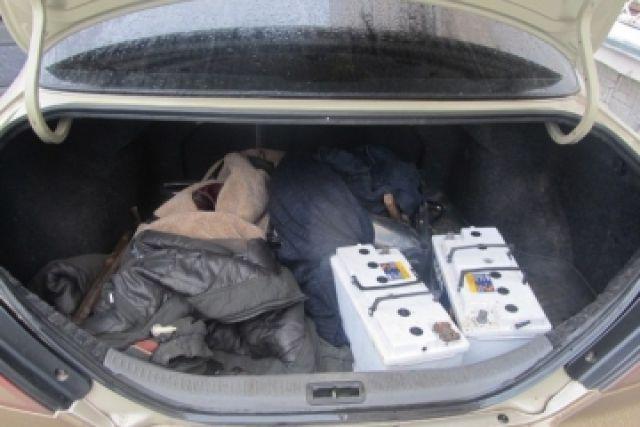 Автомобильные аккумуляторы обнаружили в багажнике автомобиля.