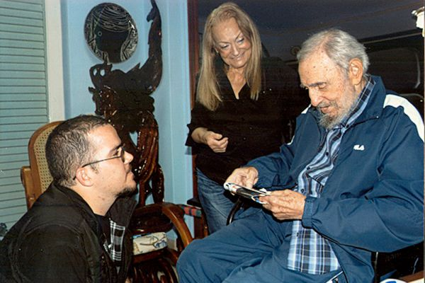 Молодой человек рассказал, что Кастро сначала лично позвонил ему, чтобы поблагодарить за инициативу устроить торжества в день 70-летней годовщины поступления лидера революции в это учебное заведение. Во время телефонного разговора экс-глава страны проявлял поразительное любопытство, задавая множество вопросов об университете. По словам Рэнди Гарсиа, они с Фиделем «поболтали, как два однокурсника», беседа продолжалась около 50 минут.