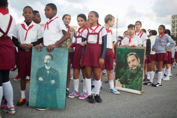 Отметим, что лидер кубинской революции долгое время не появлялся на публике, в последний раз его видели 8 января 2014 года на выставке в Гаване. А последняя опубликованная фотография Фиделя была датирована августом прошлого года (она была сделана во время его частной встречи с президентом Венесуэлы Николасом Мадуро, состоявшейся 21-го числа).