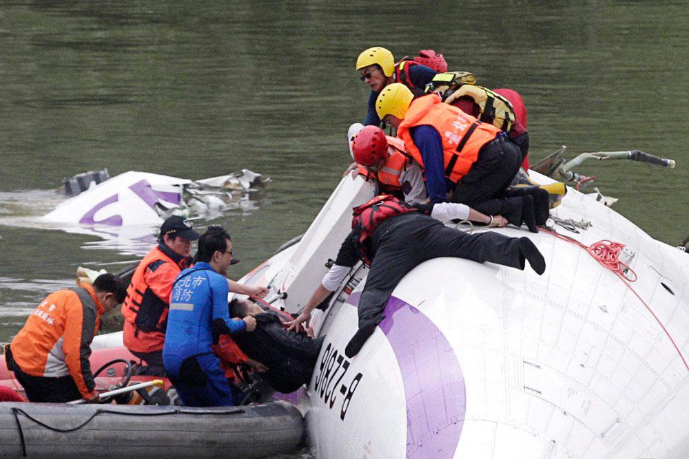 Пассажиры, которые не пострадали при падении, смогли надеть спасательные жилеты и сами выбраться из реки, еще некоторых потом вытащили спасатели.