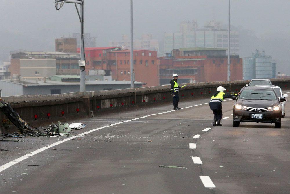 На данный момент известно о 16 пострадавших — 14 из числа находившихся на борту и двух пассажирах такси, которое он задел крылом при падении. Судьба еще 30 человек остается неизвестной.