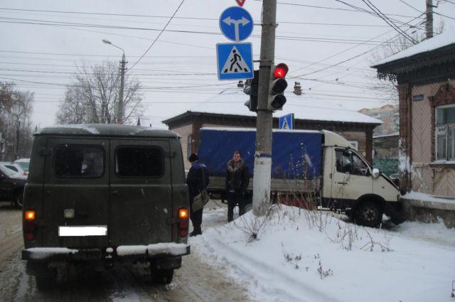 В Туле на перекрестке столкнулись ГАЗ и УАЗ