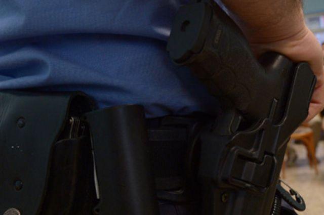 Полицейский сделал пять (!) предупредительных выстрелов.