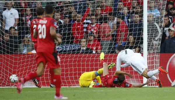 1 – первый футболист в истории чемпионата Испании, который забивал голы каждому клубу за один сезон.