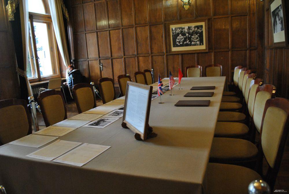 Бильярдная Ливадийского дворца. Стол, за которым лидеры трёх держав подписывали документы.