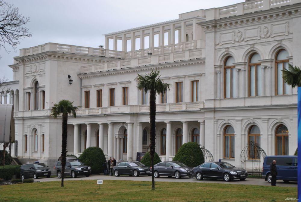Ливадийский дворец — бывшая южная резиденция российских императоров, расположенная на берегу Чёрного моря в посёлке Ливадия в 3 км от Ялты.