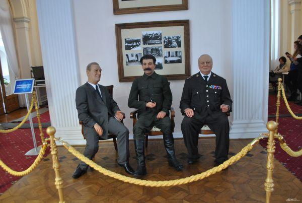 В холе Ливадийского дворца в память о Ялтинской конференции установили восковые фигуры «Большой тройки».