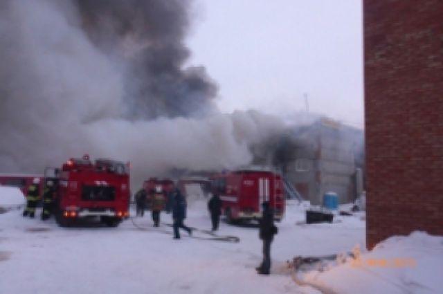 В Омске горел склад строительных материалов.
