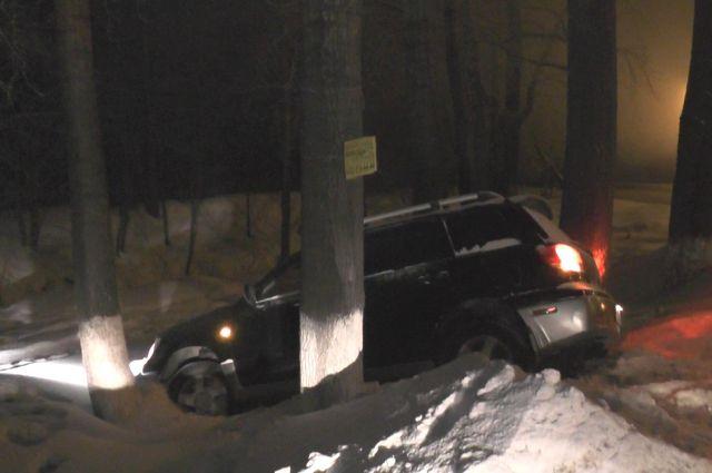 Водитель за рулем похищенной иномарки не справился с управлением и съехал на обочину.