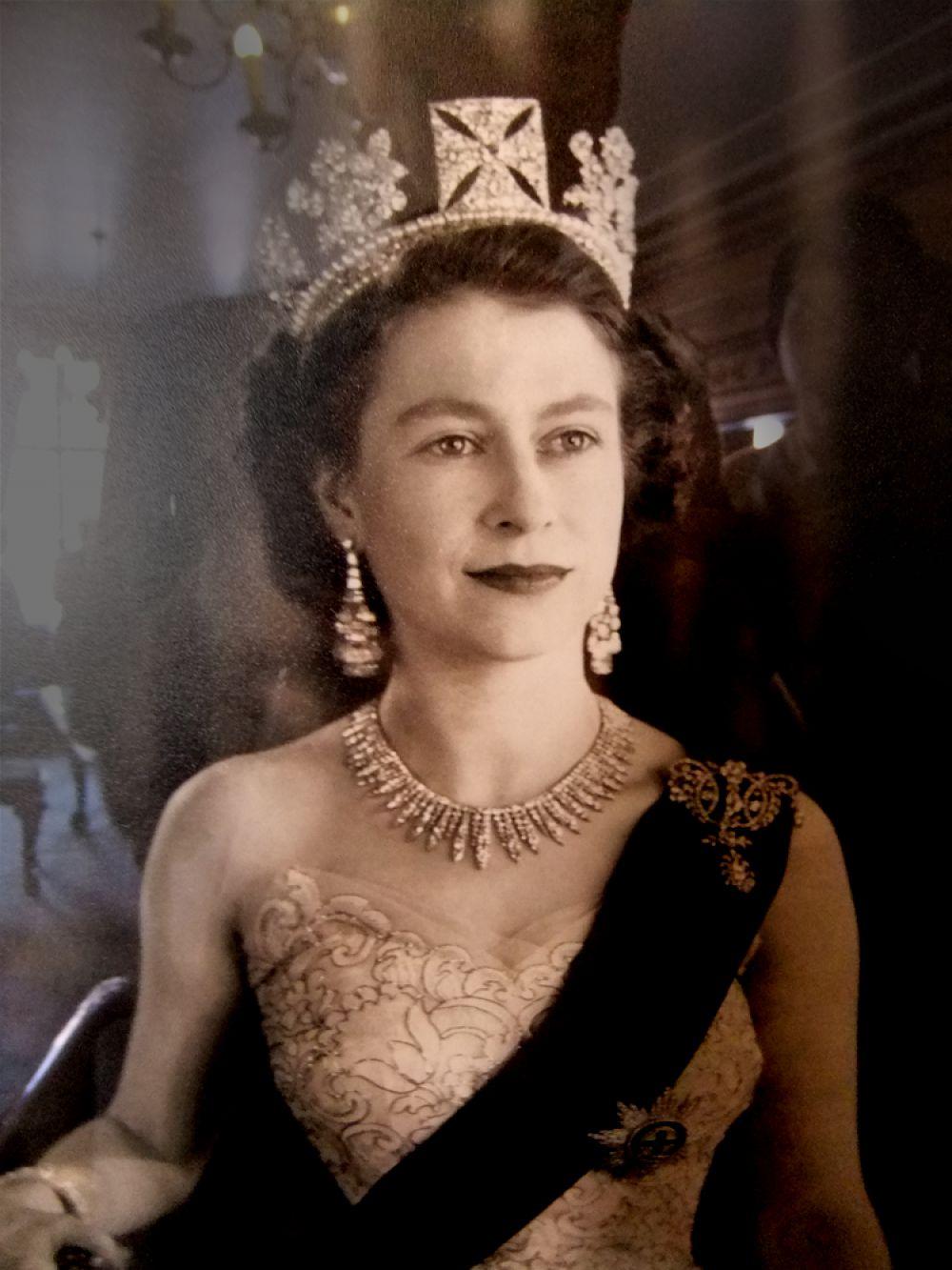 В их семье родились четверо детей: наследник престола — старший сын Чарльз Филип Артур Георг, принц Уэльский (1948 г.р.); принцесса Анна Элизабет Элис Луиза (1950 г.р.); принц Эндрю Альберт Кристиан Эдвард, герцог Йоркский (1960 г.р.), Эдвард Энтони Ричард Луис, граф Уэссекский (1964 г.р.).